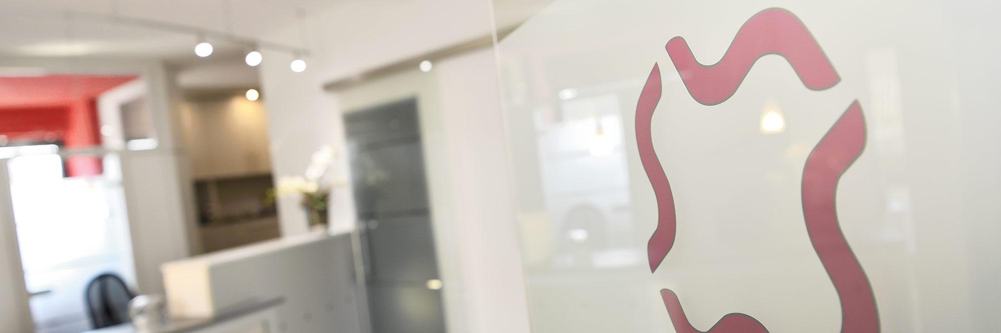 Headerbild: Blick durch die Eingangstür auf den Empfang der Praxis für Allgemeinmedizin Dres. med. Biegler in Hemmingen Ortsteil Arnum bei Hannover